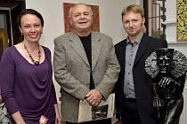 Jan Dvořák (uprostřed) s malířkou Alicí Waisserovou a uměleckým kovářem Davidem Habermannem.