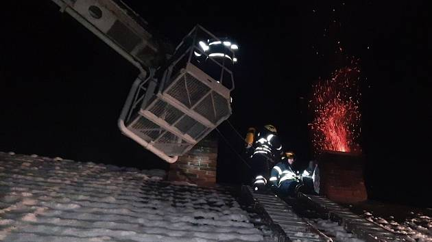 Požár sazí v komíně domu v Bohulibech na Praze-západ.
