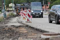 Současná výstavba chodníků v Týnci nad Sázavou. Buduje se v Pražské ulici od přejezdu k nádraží.