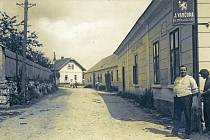 Pan řezník a uzenář Josef Vančura se na snímku z roku 1930 pochlubil svým obchodem u hlavní silnice ve Smilkově, obci v srdci České Sibiře stojící nedaleko Votic.