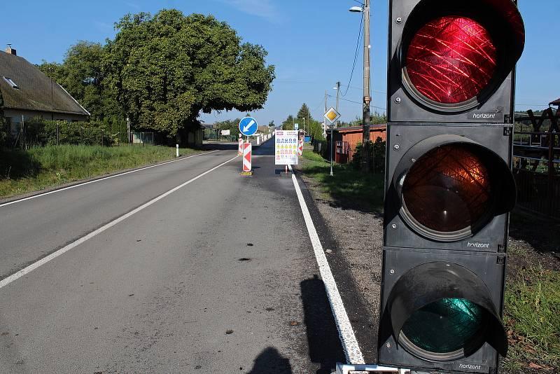 Rekonstrukce silnice II/112 by měla skončit do začátku října. Na snímku je úsek dlouhý 350 metrů v Chotýšanech. Zprovozněn by měl být do pátku 10. září.