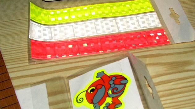 Reflexní nálepky na dětské bundy a proužky na oděvy pro dospělé lze koupit v ceně kolem 15 korun.