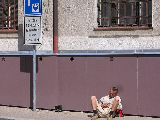 Benešov, Poštovní ulice, čtvrtek 12. července, 11.45 hodin.