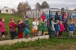 Cizokrajný listnáč ozdobil zahradu v Mateřské škole Nespeky.