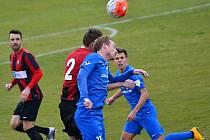 Vlašimský útočník Jan Jícha (v modrém) se střetl ve vzdušném souboji s bývalým spoluhráčem, opavským Dominikem Simerským.