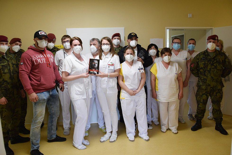 Z návštěvy zápasníka Karlose Vémoly v benešovské nemocnici.