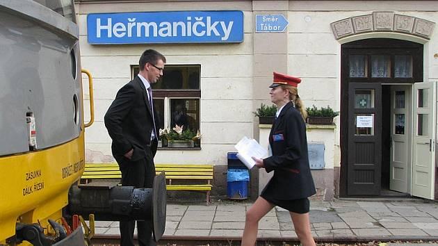 Výpravčí s červenou čepicí jsou nyní vidět jen od Heřmaniček na jih. Od 1. července opět zase na koridoru v Olbramovicích, Benešově, Čerčanech, Uhříněvsi, Hostivaři, Vršovicích a na pražském Hlavním nádraží.