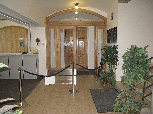 Oplechované vstupní dveře do radnice zůstanou na svém místě.