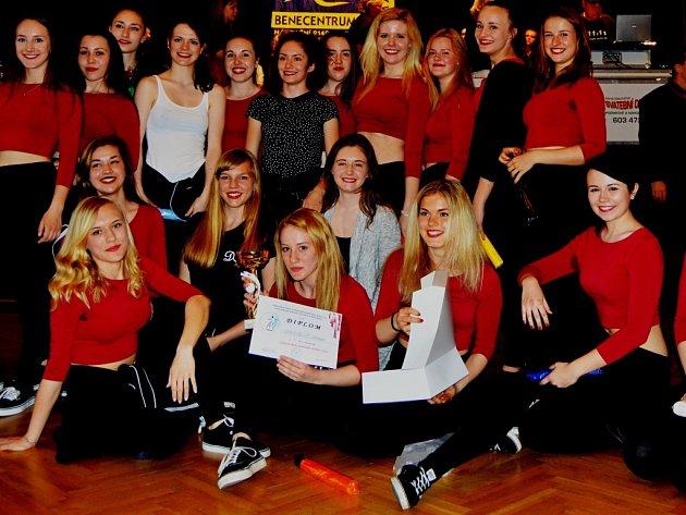 Osmého ročníku amatérské  taneční soutěže v moderních tancích nazvané Středočeský taneční pohár se zúčastnilo třicet tanečních týmů.