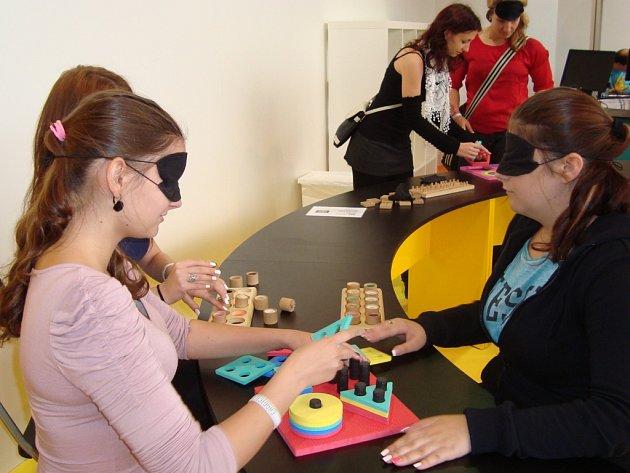 Žákyně SOŠ Benešov si mohly vyzkoušet jaké to je žít bez zraku či s tělesným postižením.