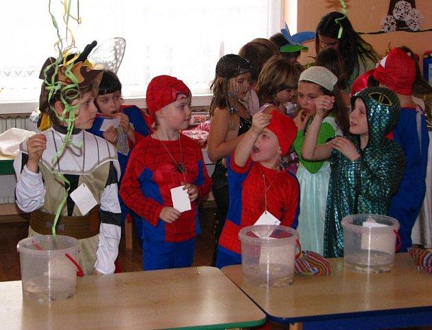 Středeční karnevalový pohádkový rej ve školní družině.