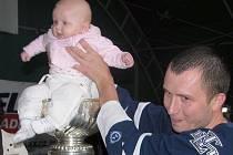 Jako na hokejový trůn usadil do koruny Stanley Cupu svoji dcerku Terezku fanoušek Kladna a Toronta Michal Bukovic.
