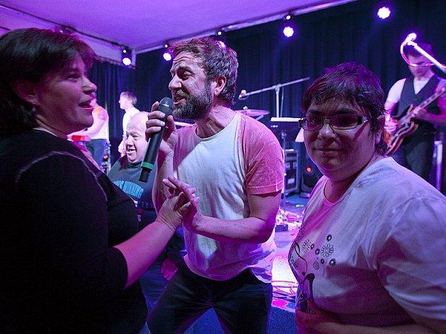 Známá, česká hudební skupina Tata Bojs zahrála klientům v Centru sociálních služeb v Tloskově. Návštěvníci koncertu se hudebníkům odvděčili bezprostřední nadšenou reakcí a tancem.