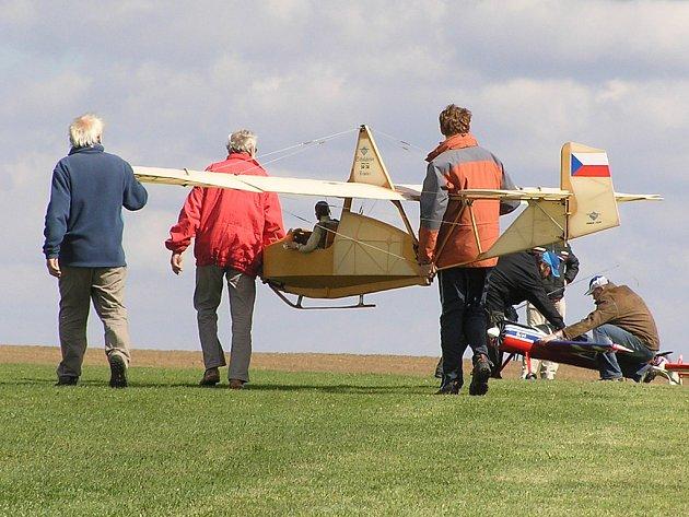 Odnášení modelu kluzáku SG 38 s rozpětím křídel 5,14 metru do startovací polohy