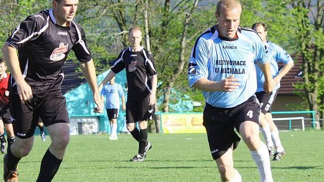 Zápas Olbramovice versus Jírovice skončil bez vítěze 2:2. Domácího Václava Neuberga (u míče) stíhal Tomáš Sahula.