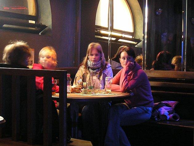Ze studentek benešovské střední školy, které 21. února 2006 ve 13.45 seděly v baru na Tržnici, jsou zřejmě už příkladné maminy.
