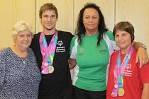 """Sourozenci Ivana (vpravo) a Jan (druhý zleva) Nunhardtovi přijeli z olympiády v Los Angeles ověnčení medailemi. Za """"velikou loži"""" je doprovázela ředitelka Dětského domova Racek Hana Urbanová (vlevo) a Jana Čumplová (druhá zprava)."""
