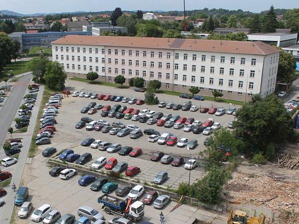 Oobjekt bývalých Pražských kasáren stojí město Benešov iMinisterstvo vnitra.