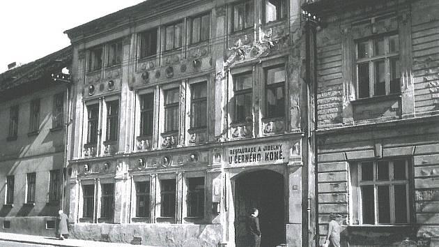 Restaurace a jídelny U černého koně v Benešově. Objekt stál v místech, kde jsou dnes v Pražské ulici panelové domy.