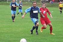 Chotýšanský Lukáš Sysel (v modrém) sleduje míč se zdislavickým Martinem Šandou.