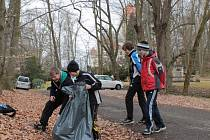 Školáci ze ZŠ Dukelská uklízeli zámecký park.