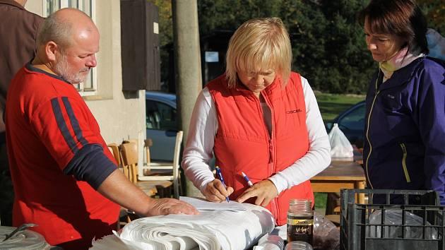 Uklízení příkopů kolem cest měli dobrovolníci v Netvořicích v sobotu 14. října už počtvrté.