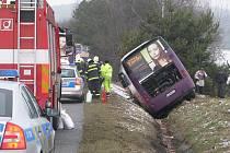 Vozidlo projelo zhruba 100 metrů příkopem a zastavilo se smrk.