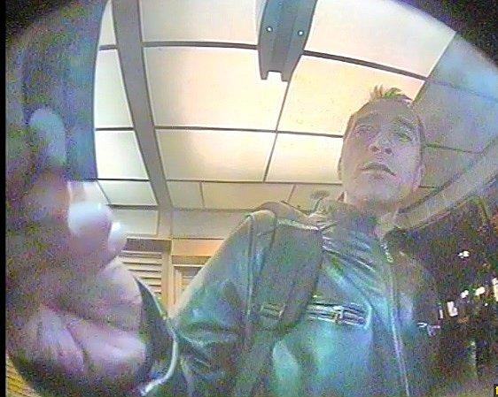 Policie pátrá po mužích od bankomatů.