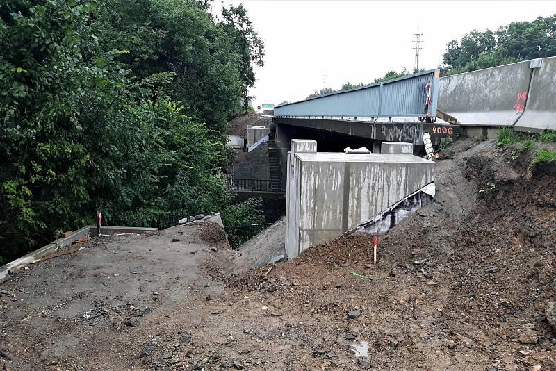 Opěry pro uchycení protihlukové stěny u dálnice D1 v Újezdě u Průhonic.