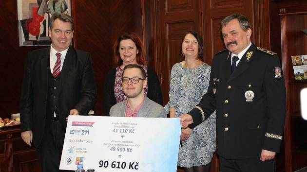 Slavnostní vyhodnocení charitativně sportovního projektu středočeské policie 'Přes Bariéry s policií'.