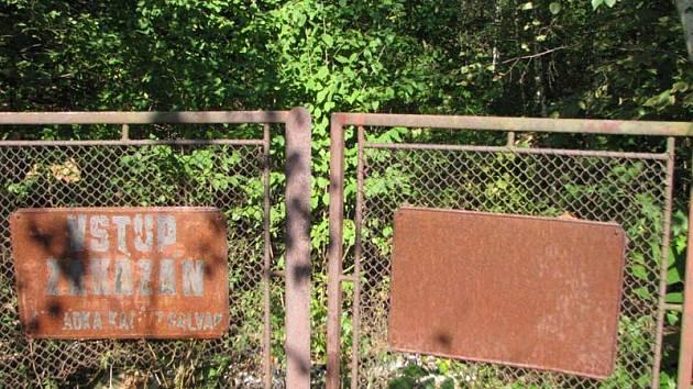 Na nezajištěnou skládku nebezpečných odpadů upozornil  Benešovský deník na podzim 2008. Zpráva o jejím stavu je ze začátku roku 2013.