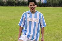 Carlos Sanches ze Salvadoru v dresu Ostředka.