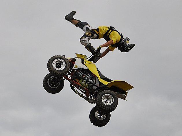 Ve Chmelné nebudou létat vzduchem jen motorky.