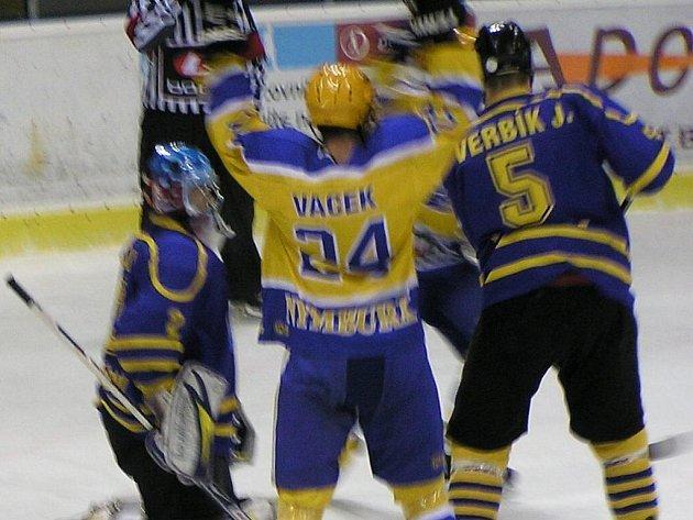 Nymburský Vacek se raduje z branky do sítě Benešova.