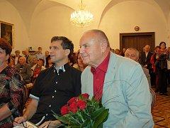 Jan Dvořák (vpravo) při zahájení výstavy ve Vlašimi společně s básníkem Pavlem Hozou.