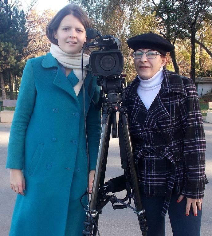 Snímek s televizní reportérkou.