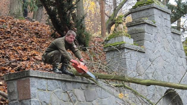 Podzimní brigáda Spolku přátel Konopiště v zámeckém parku.
