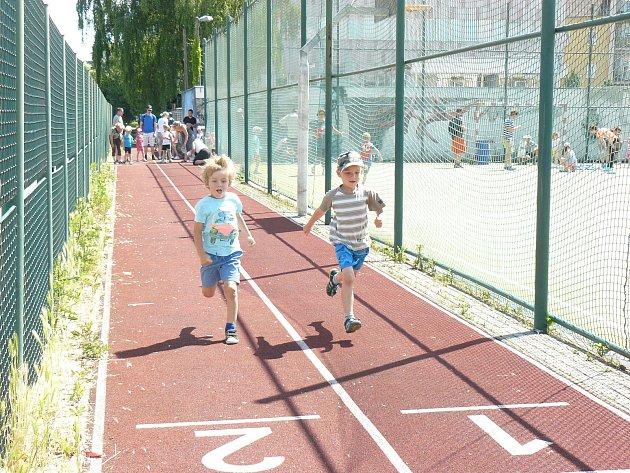 Atletické závody dětí před Základní školou v Jiráskově ulici.