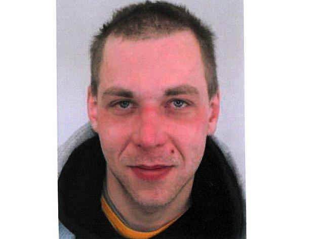 Pohřešovaný muž má hubenou, 175 – 180 cm vysokou postavu, hnědé delší vlasy a modré oči. Při odchodu z domova měl na sobě zelenou šusťákovou khaki bundu a šedozelené kapsáče.