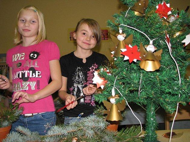 Už v pondělí se děti podílely na přípravě vánoční výzdoby.