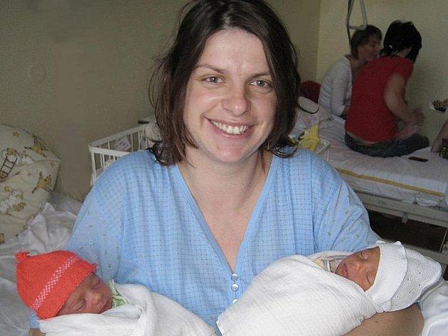 Dvojčátka Lucie (2,1 kg, 44 cm) a David (2,37 kg, 48 cm) Duškovi se narodila 28. prosince. První přišla na svět Lucinka ve tři čtvrtě na osm ráno. Patnáct minut poté jí následoval i bratříček David. Šťastní rodiče, Monika a Václav Duškovi, se už nemohou d