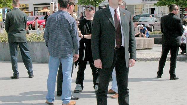 Při minulých předvolebních shromážděních na benešovském Masarykově náměstí, bylo možné vyfotit i ostré hochy z ochranky.