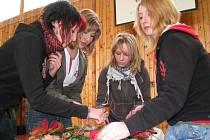 Školáci při výrobě vánočních věnců