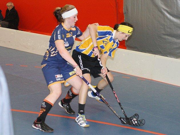 Aneta Perná (ve žlutém) se gólově prosadila jak za juniorky, tak za ženy.
