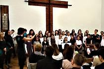 Společný koncert Sukova komorního sboru a dětského sboru Domu dětí a mládeže Benešov v sále Českobratrské církve evangelické v Benešově.