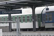 Cestující z rychlíků přestupují do náhradních autobusů v Olbramovicích v sobotu odpoledne a v neděli dopoledne.
