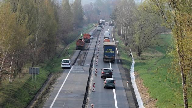 Rekonstrukce povrchu silnice I/3 přivedla do Bystřice tisíce osobních aut. Kamiony tudy nesmí.