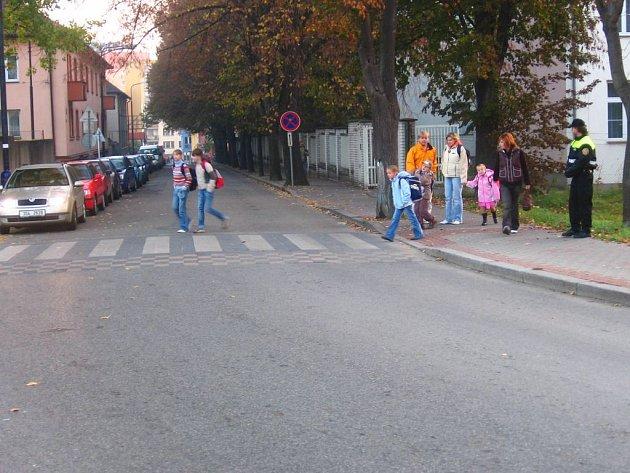 Benešovští strážníci  každý školní den dohlíží u přechodu na bezpečnost přecházejících dětí