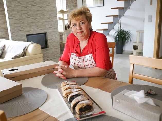 Eva Brabcová zJablonné nad Vltavou peče štrúdly.