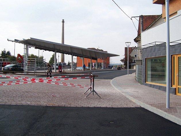 Momentky z dokončování vlašimského autobusového nádraží  svědčí o tom, že k jeho zprovoznění už mnoho nezbývá